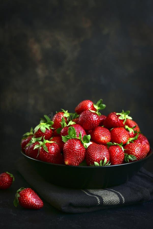新鲜的成熟有机草莓堆  库存图片