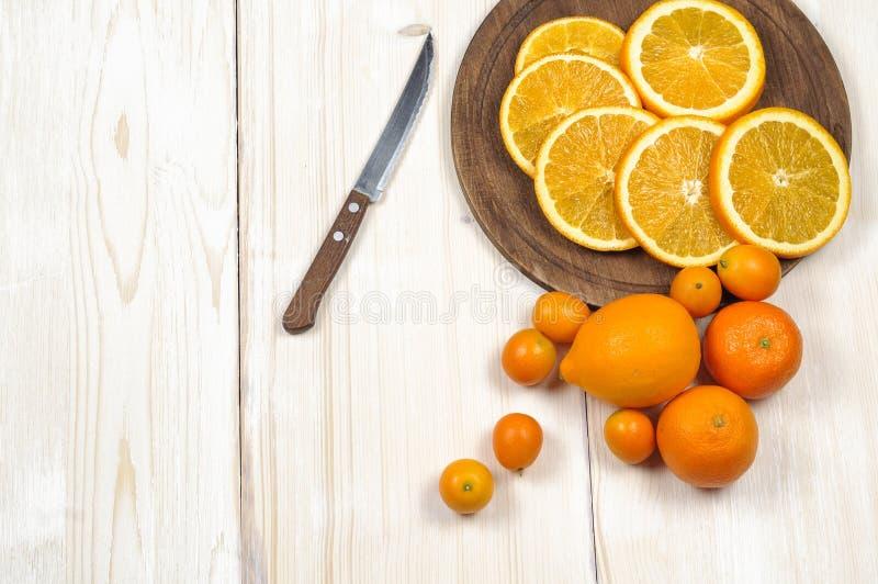 新鲜的成熟柑橘 柠檬、金桔和桔子在木桌上 库存图片