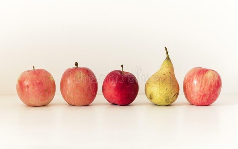 新鲜的成熟梨和苹果在白色背景,素食概念 免版税库存图片