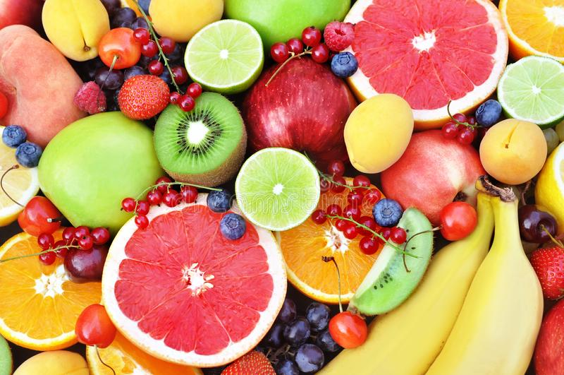 新鲜的成熟甜果子:苹果,桔子,葡萄柚,qiwi,香蕉,石灰,桃子,莓果 免版税库存照片