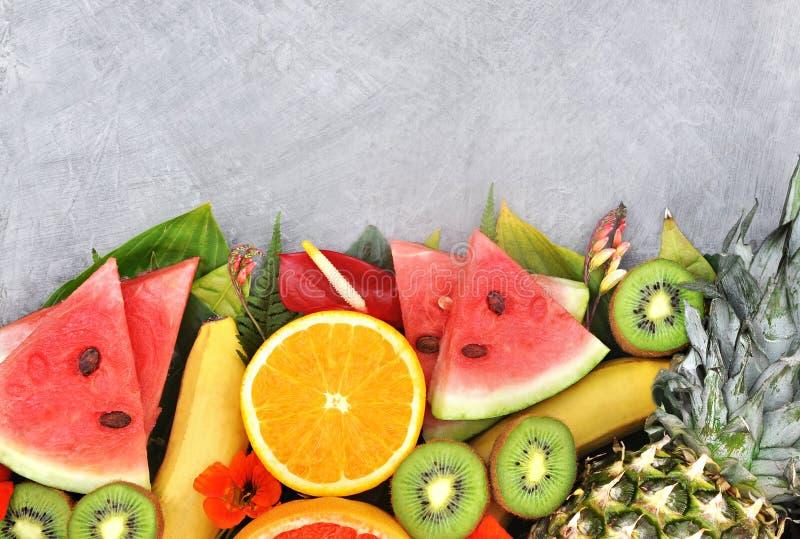 新鲜的成熟甜被分类的果子 免版税库存图片