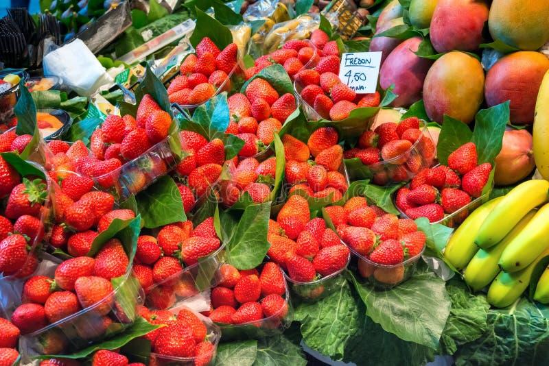 新鲜的成熟草莓、芒果和香蕉在塑料盒包装了 免版税库存照片
