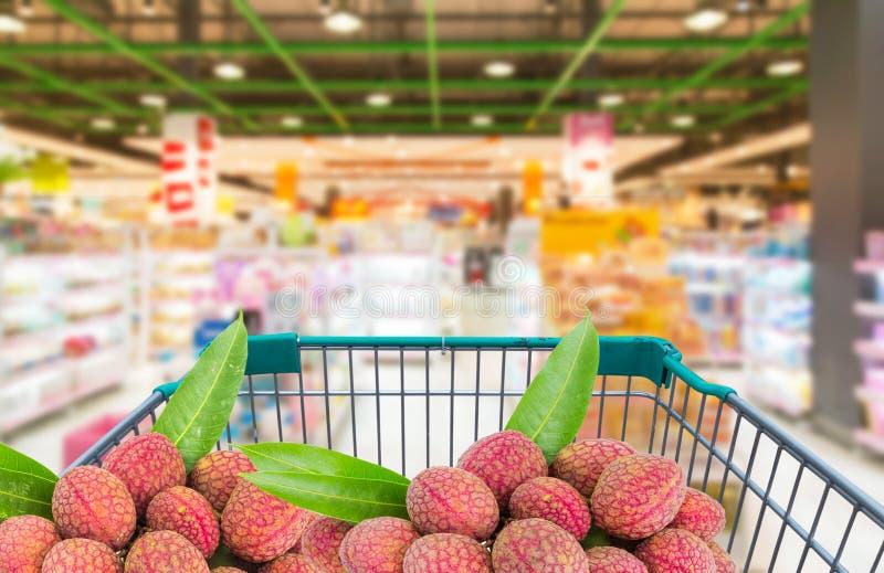 新鲜的成熟荔枝在购物台车推车结果实在超级市场 免版税库存照片
