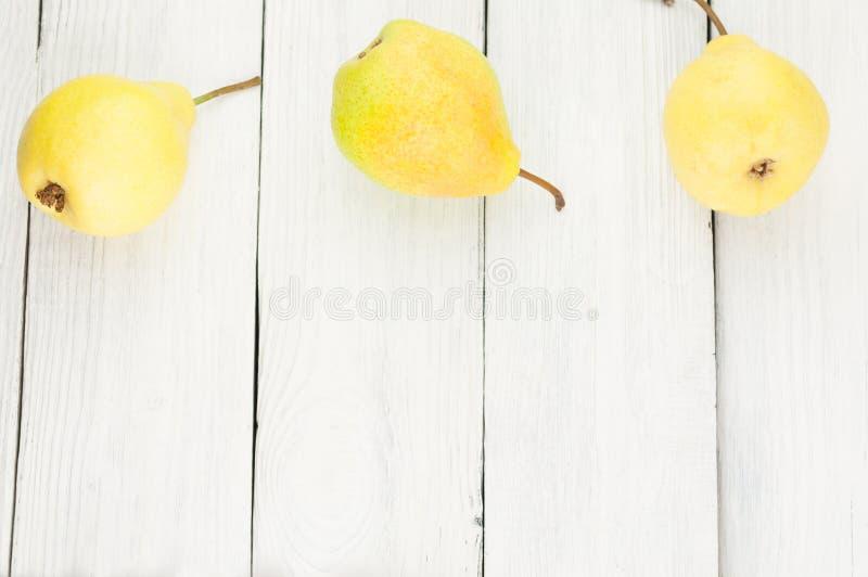 新鲜的成熟黄色整个梨行  库存图片