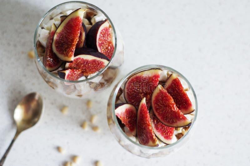 新鲜的无花果用香草鞭打了奶油、乳酪、坚果和枫蜜在一个玻璃烧杯 健康的饮料 健康食物,节食和 库存照片