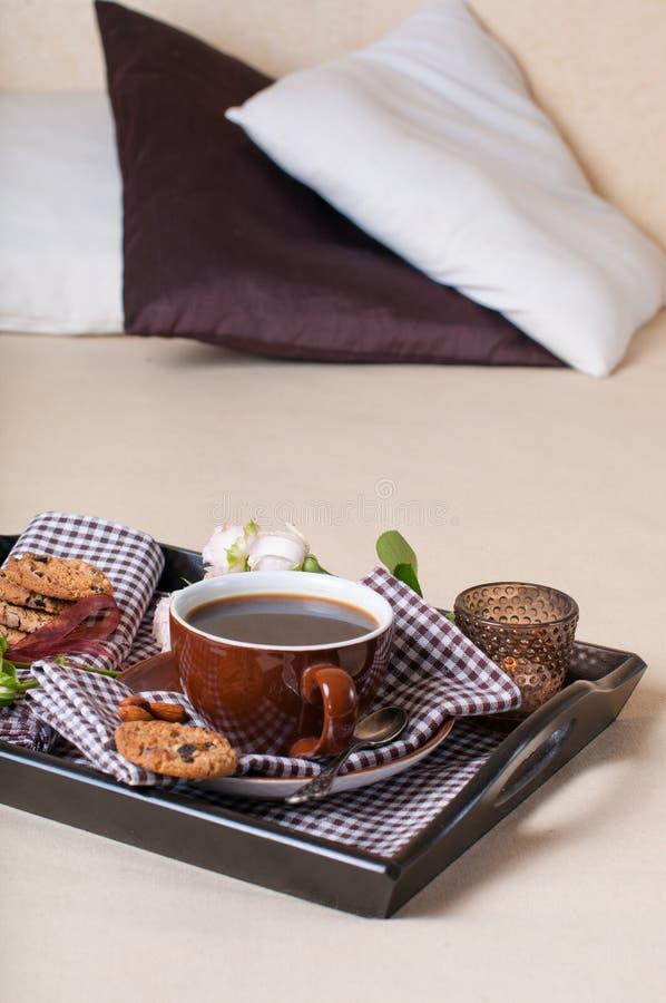 新鲜的早餐,咖啡在河床上 免版税图库摄影