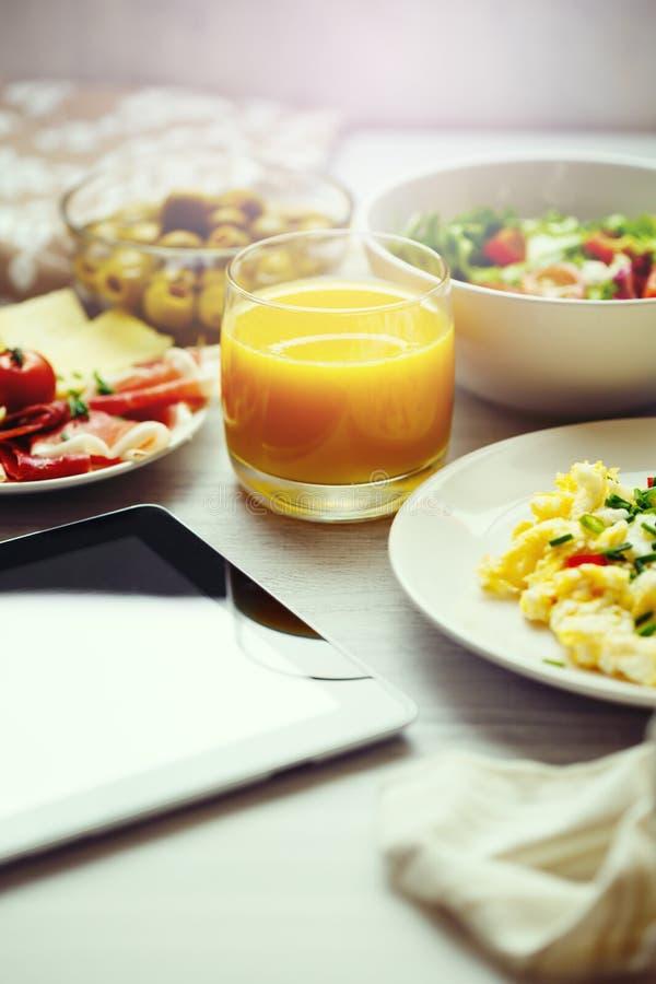 新鲜的早餐 炒蛋和汁液 库存图片
