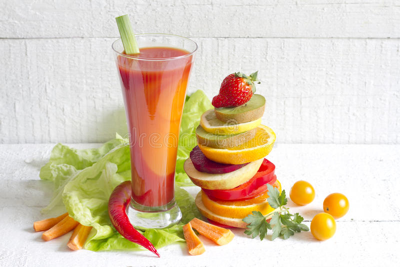 新鲜的春天汁液和堆切片水果和蔬菜 免版税图库摄影