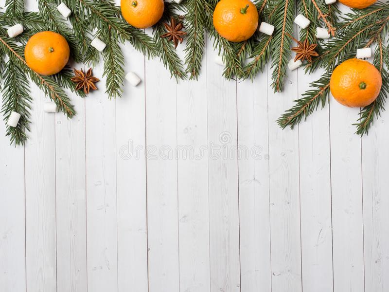 新鲜的普通话或蜜桔与词根和叶子在白色木背景拷贝空间 免版税库存图片