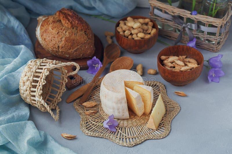 新鲜的有机乳酪头服务用面包,坚果,白色wi 免版税库存照片