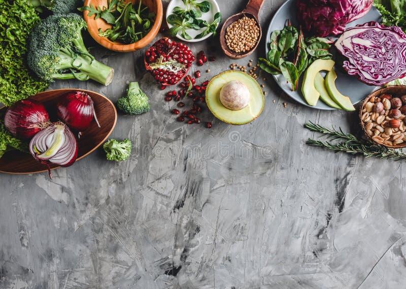 新鲜的有机农夫菜食物的分类烹调的素食主义者素食饮食和营养 库存图片
