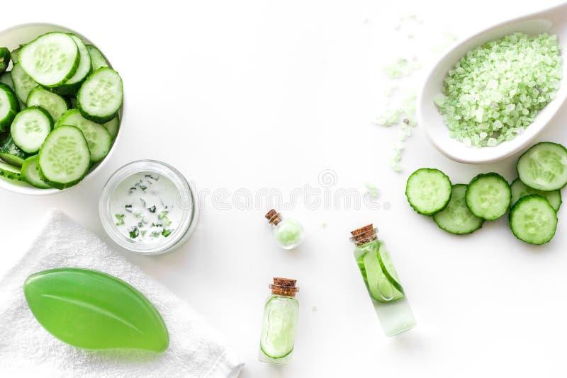 新鲜的有机化妆用品用黄瓜 奶油,化妆水,在白色背景顶视图copyspace的温泉盐 免版税图库摄影