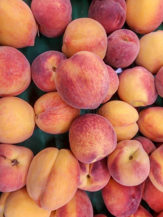 新鲜的有机桃子堆积新鲜的成熟桃子在土耳其街市上 免版税库存图片