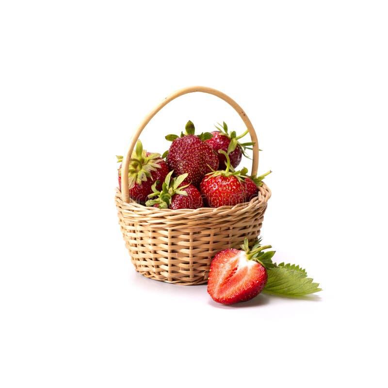 新鲜的有机草莓的博览会在篮子的在白色背景,健康食品,沙漠的完善的果子, 免版税库存图片