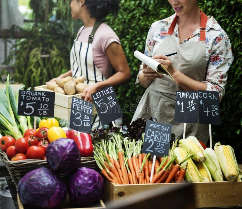 新鲜的有机菜在市场上 库存照片