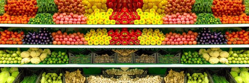 新鲜的有机蔬菜和水果在架子在超级市场,农夫市场 健康概念的食物 维生素和矿物 蕃茄 免版税库存图片