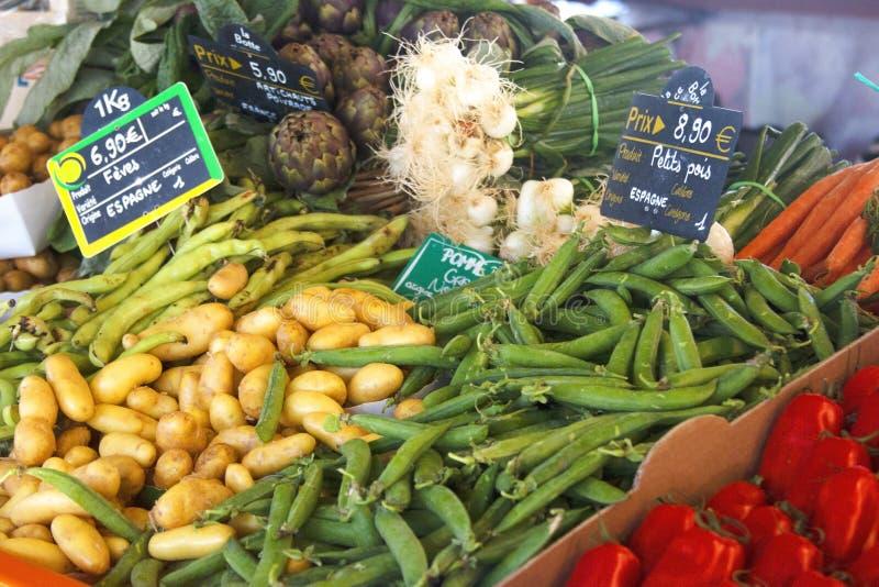 新鲜的有机蔬菜品种在农夫市场上的 库存图片