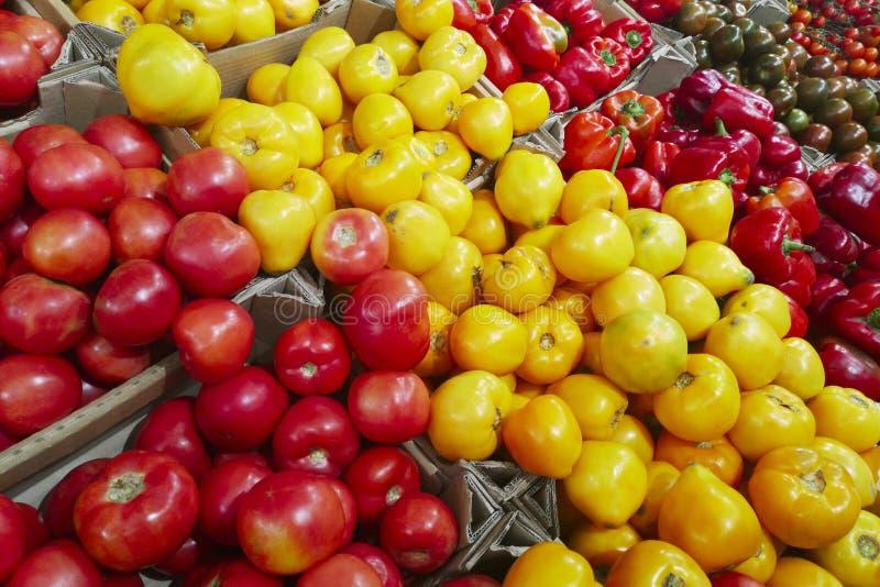 新鲜的有机蔬菜在超级市场,农夫市场 健康的食物 维生素和矿物 蕃茄,辣椒的果实,黄瓜, 免版税库存照片