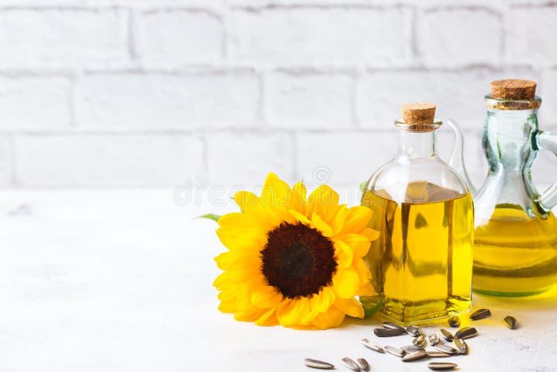 新鲜的有机额外处女向日葵油的分类在瓶的 免版税库存图片