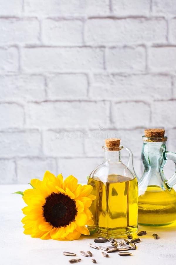 新鲜的有机额外处女向日葵油的分类在瓶的 库存照片