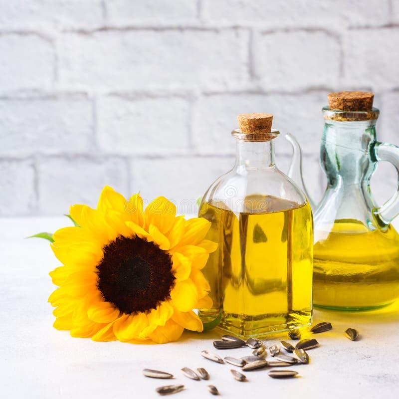 新鲜的有机额外处女向日葵油的分类在瓶的 库存图片