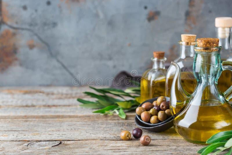 新鲜的有机额外处女橄榄油的分类在瓶的 图库摄影