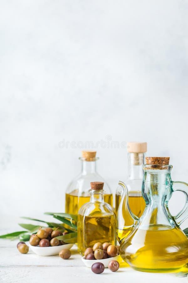 新鲜的有机额外处女橄榄油的分类在瓶的 免版税库存图片