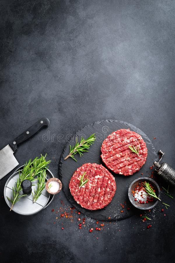 新鲜的未加工的剁碎的牛排汉堡用香料 免版税图库摄影