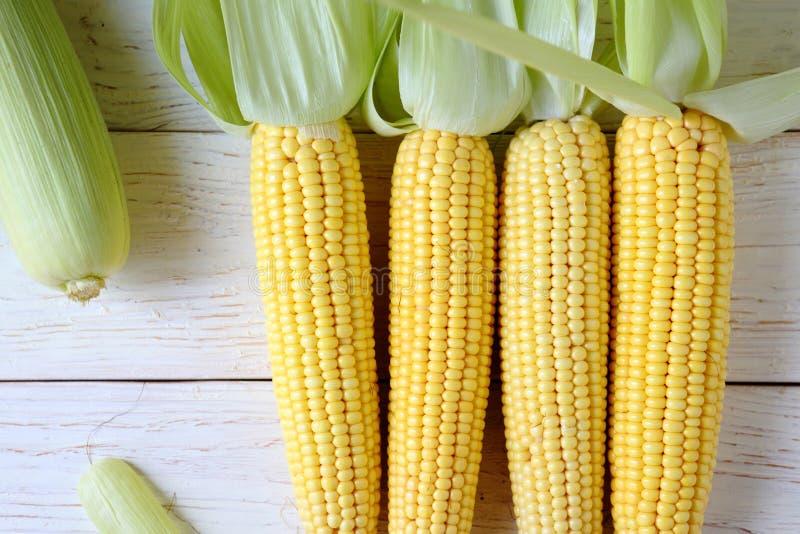 新鲜的未加工的甜玉米 免版税库存图片
