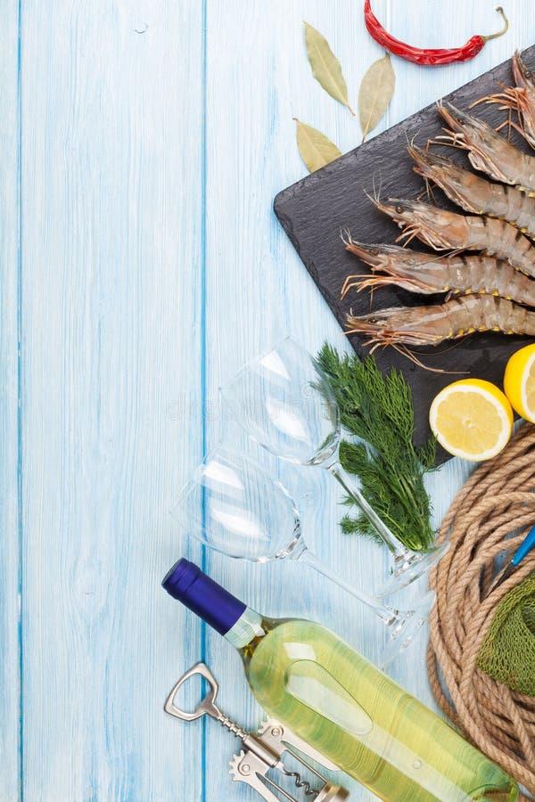 新鲜的未加工的老虎大虾、香料和白葡萄酒 库存图片