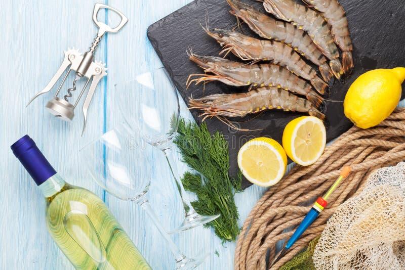 新鲜的未加工的老虎大虾、香料和白葡萄酒 库存照片
