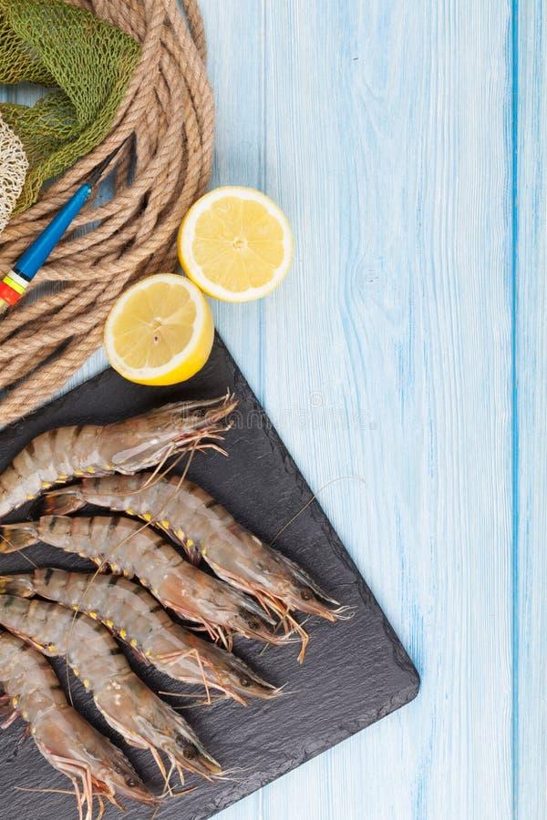 新鲜的未加工的老虎大虾和捕鱼设备 免版税库存图片