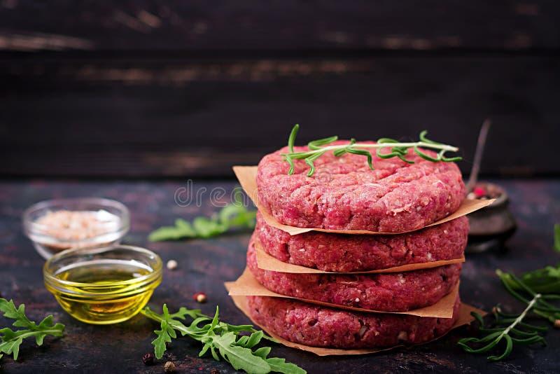 新鲜的未加工的自创剁碎的牛排汉堡用香料 库存照片