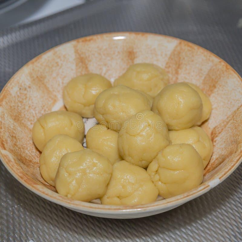 新鲜的未加工的面团球的图象empanadas的 库存图片