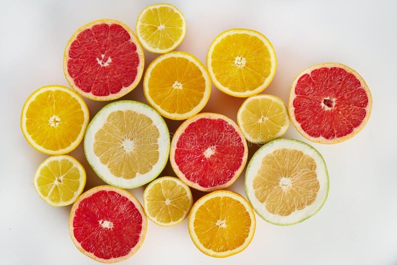 新鲜的柑橘水果桔子,柠檬,葡萄柚,柚从上面半切了,布局的样式 概念的健康吃食物 免版税库存图片