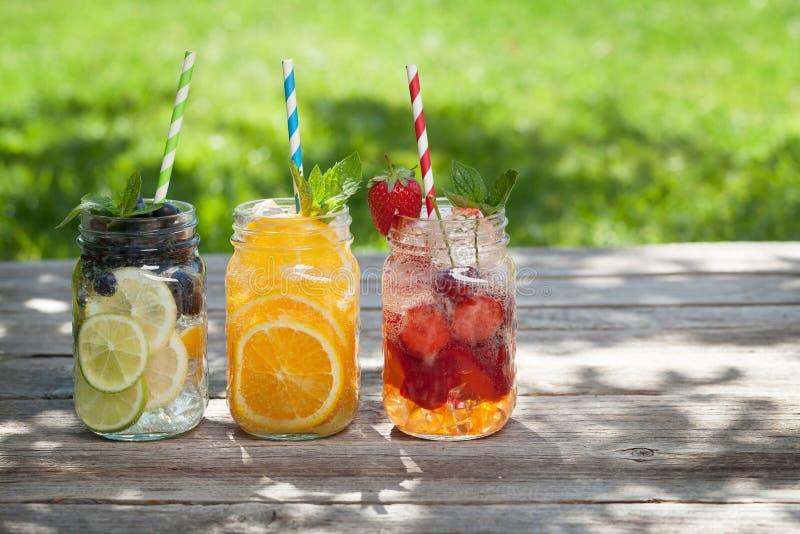 新鲜的柠檬水瓶子 免版税库存照片