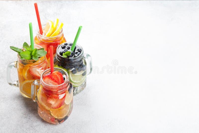 新鲜的柠檬水瓶子 免版税库存图片