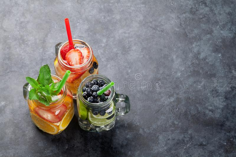 新鲜的柠檬水用夏天果子和莓果 免版税图库摄影