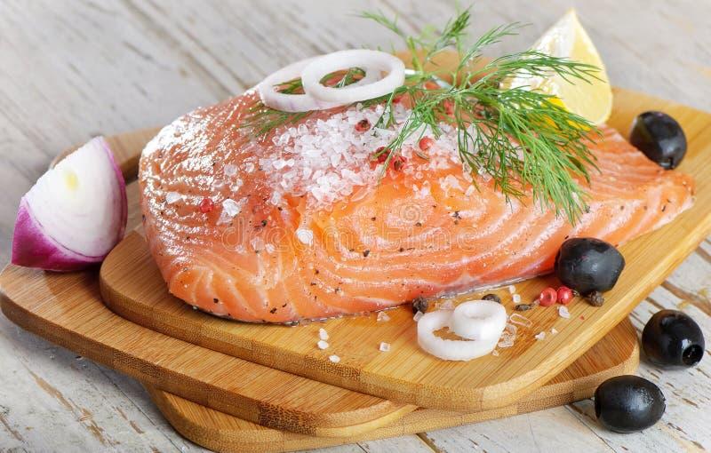 新鲜的柠檬鲑鱼排 免版税库存图片