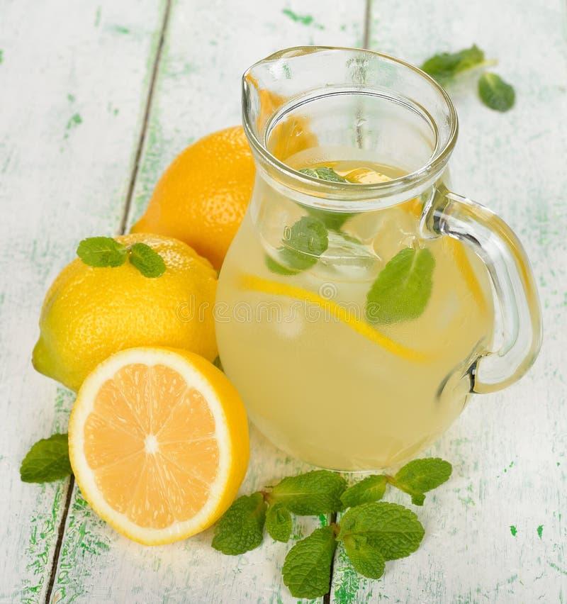 新鲜的柠檬水用薄菏 库存图片