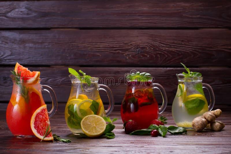新鲜的柠檬水的不同的类型 库存照片