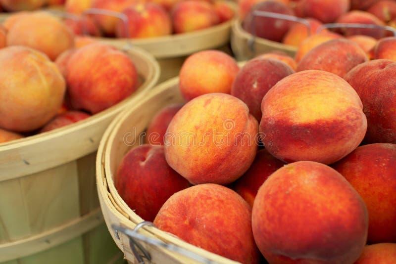 新鲜的桃子修补篮  免版税库存照片