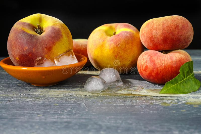 Download 新鲜的桃子和冰,热的夏天概念 库存照片. 图片 包括有 成份, 有机, 维生素, 水多, 橙色, 饮食, 鲜美 - 72370108