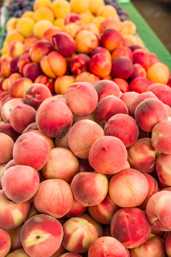 新鲜的桃子在市场上 免版税库存照片