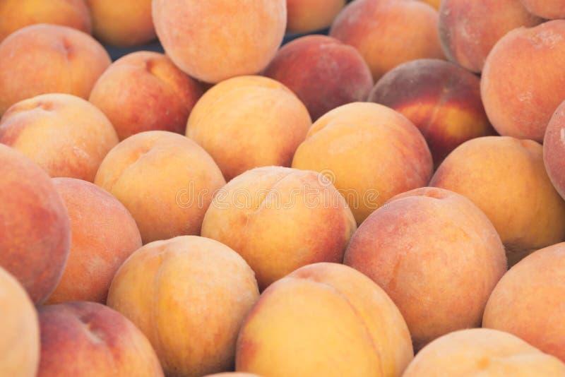 新鲜的桃子看法特写镜头  水多的桃子 批次桃子 桃子堆  免版税库存图片