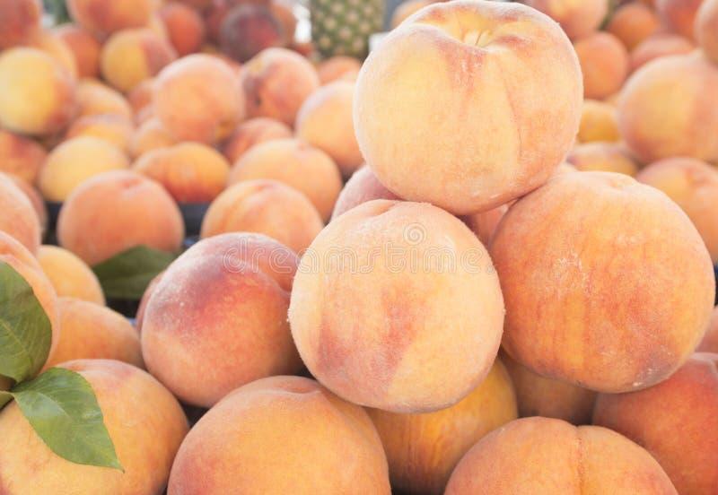 新鲜的桃子看法特写镜头  水多的桃子 批次桃子 桃子堆  库存照片