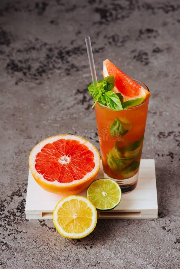 新鲜的桃红色柠檬水用柠檬、石灰和草莓 库存图片