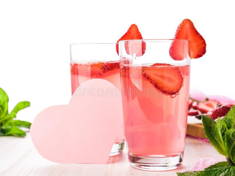 新鲜的桃红色柠檬水的杯 库存图片