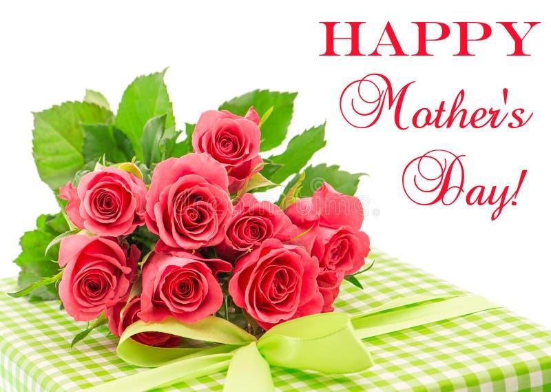 新鲜的桃红色玫瑰花束与在白色隔绝的礼物的 库存图片