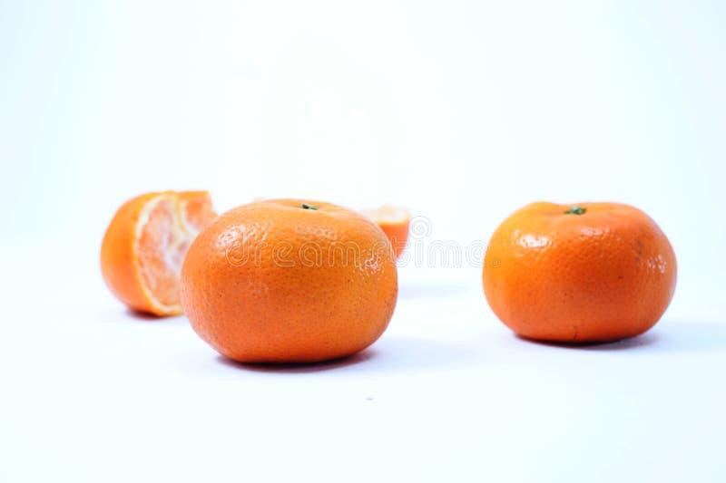新鲜的桔子、被切的桔子和切片作为背景 图库摄影
